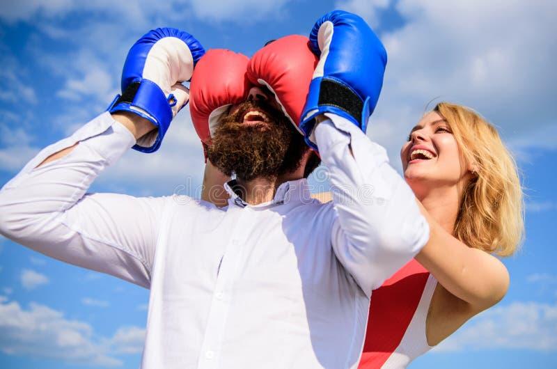 Игра или схватка отношений Сыграйте и имейте потеху Добиваться каждую женщину нужно знать Сторона девушки усмехаясь покрывает муж стоковое изображение