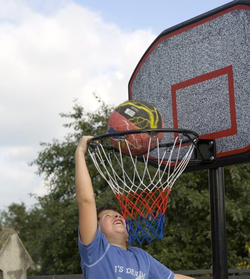 игра мальчика баскетбола стоковое изображение rf