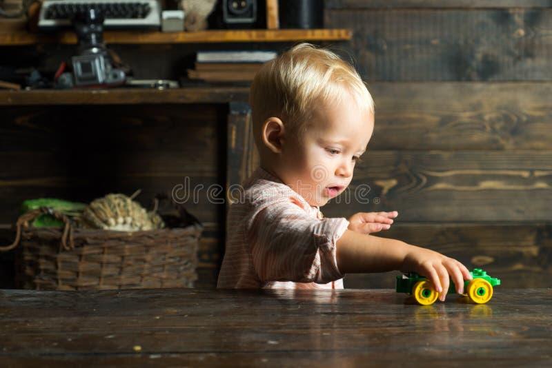 Игра мальчика с автомобилем игрушки в центре daycare Preschool daycare ребенка стоковая фотография