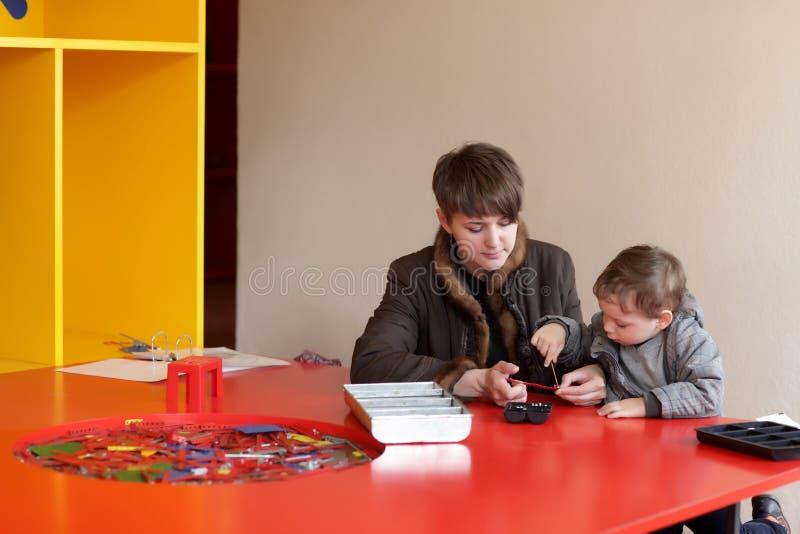 Download Игра матери и сына с комплектом конструкции Стоковое Изображение - изображение насчитывающей отдых, кавказско: 41659623