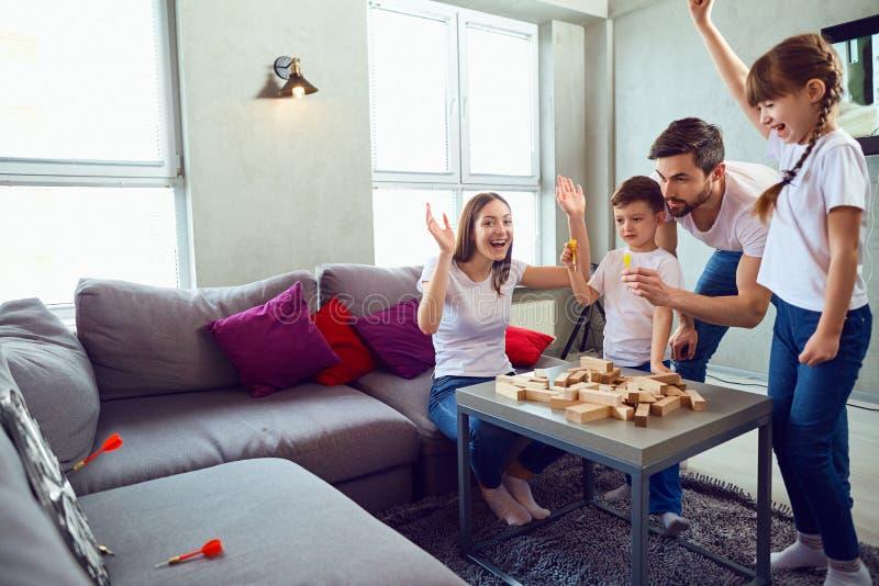 Игра матери, отца и детей совместно стоковое изображение