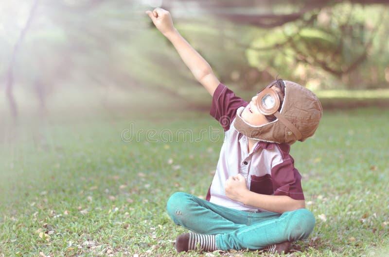 Игра мальчика как пилот в цвете года сбора винограда парка стоковое фото