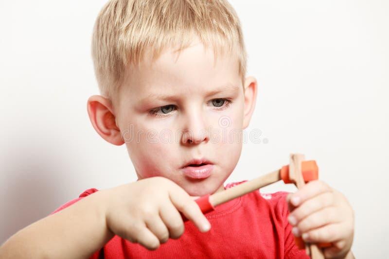 Игра мальчика с игрушкой на таблице стоковое фото rf