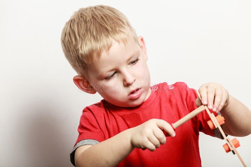 Игра мальчика с отверткой игрушки деревянной стоковые фото