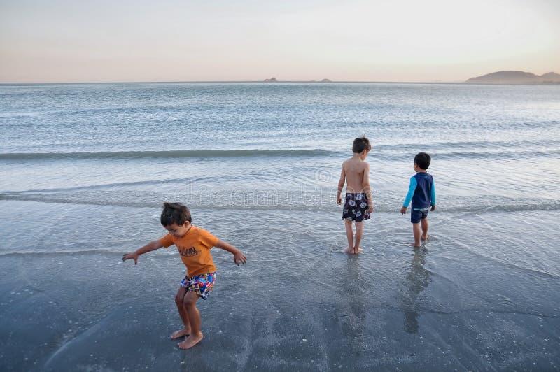 Игра мальчиков на пляже Huahin, Таиланде стоковое фото