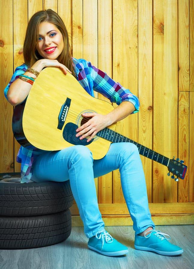 Игра музыканта девушки на акустической гитаре стоковые фото