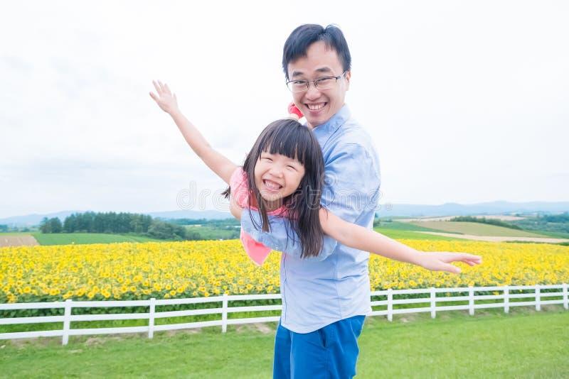Игра отца и дочери счастливо стоковое фото rf