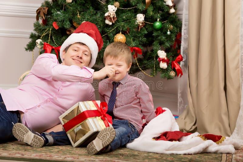 Игра отца и сына около дерева стоковые фотографии rf