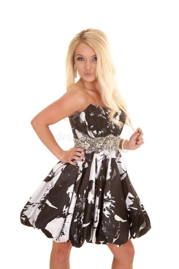 Игра платья белокурой черноты женщины белая с волосами стоковые изображения
