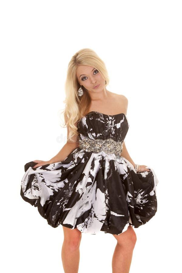Игра платья белокурой черноты женщины белая с юбкой стоковые фото