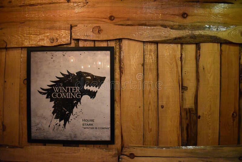 Игра рамки тронов на деревянной стене на кафе Winterfell, Сринагаре, Джамму и Кашмир, Индии стоковое фото