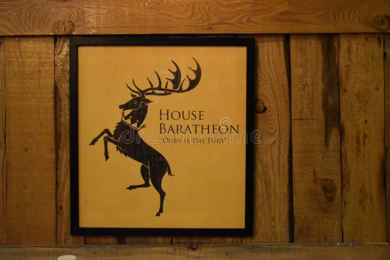 Игра рамки тронов на деревянной стене на кафе Winterfell, Сринагаре, Джамму и Кашмир, Индии стоковые фотографии rf