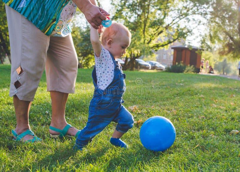 Игра ребенка пробуя в футболе или футболе стоковые изображения rf