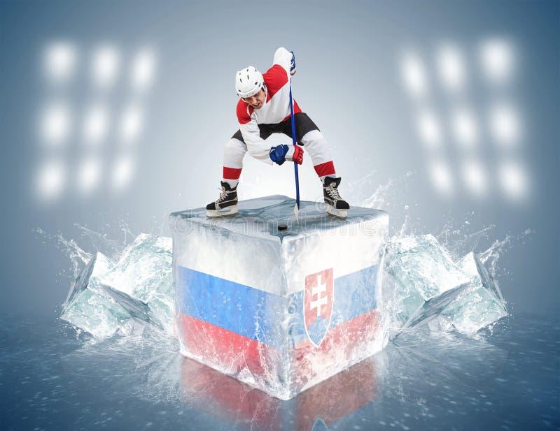 Игра России - Словакии. Игрок стороны- на кубе льда. стоковое фото rf