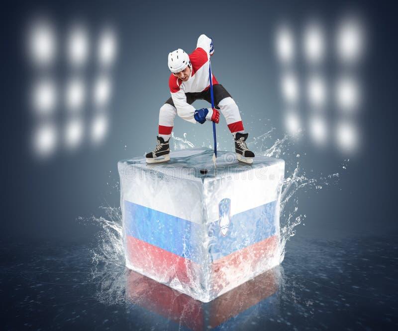 Игра России - Словении. Игрок стороны- на кубе льда стоковая фотография rf