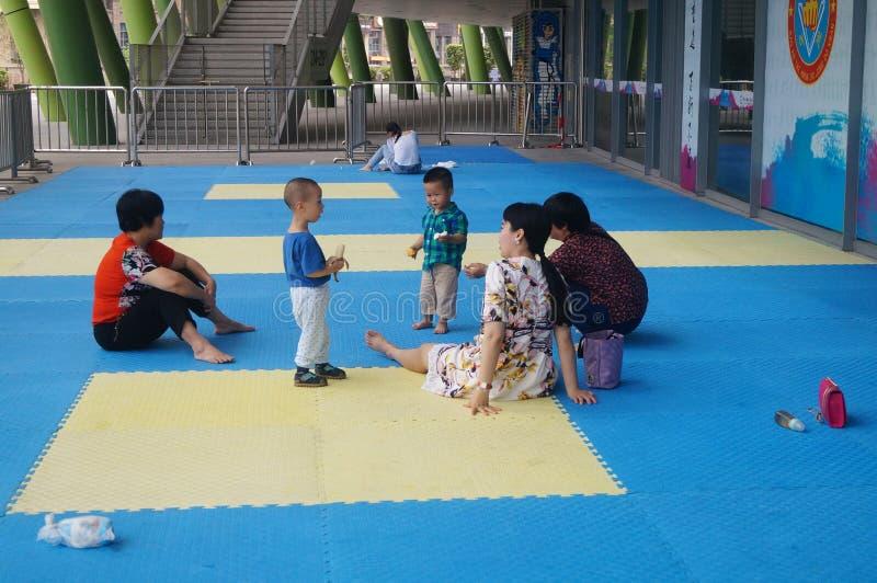Игра родителей и детей на пластичной земле стоковые изображения rf