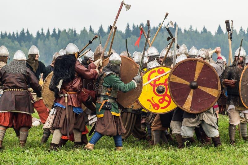 Игра роли - reenactment сражения старых славян в пятом фестивале исторических клубов в районе Zhukovsky  стоковая фотография