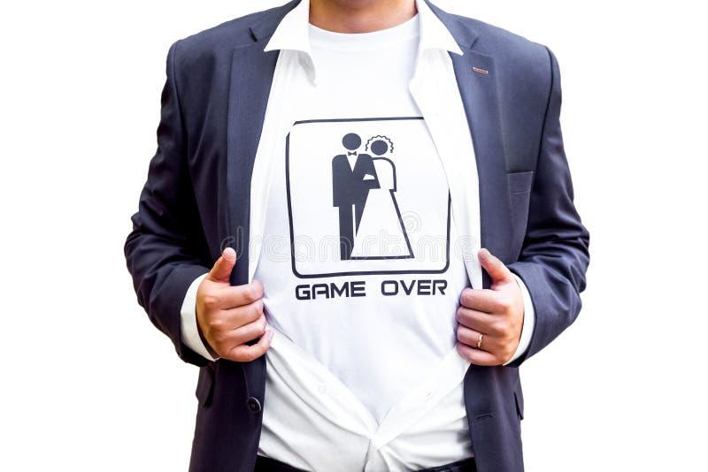 Игра сверх! новобрачные в темно-синем костюме с раскрытой футболкой показа рубашки со смешным изображением marrieds стоковое изображение rf