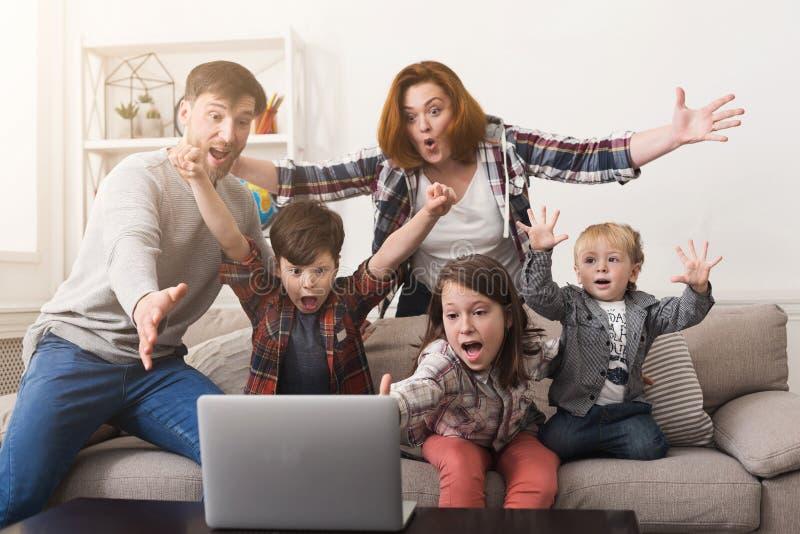 Игра семьи наблюдая совместно и веселя команда стоковые изображения