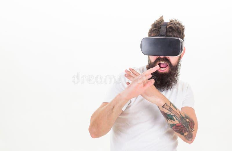 Игра спорта игры хипстера виртуальная Стекел gamer VR человека предпосылка бородатых белая Концепция игры виртуальной реальности  стоковые фотографии rf