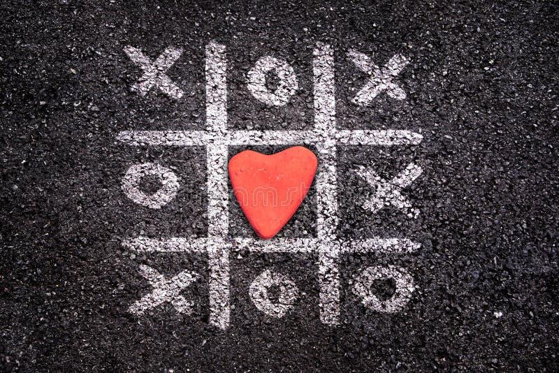 Игра счастливые карточка дня валентинок, палец ноги Tic tac на том основании, xoxo и камень стоковое фото