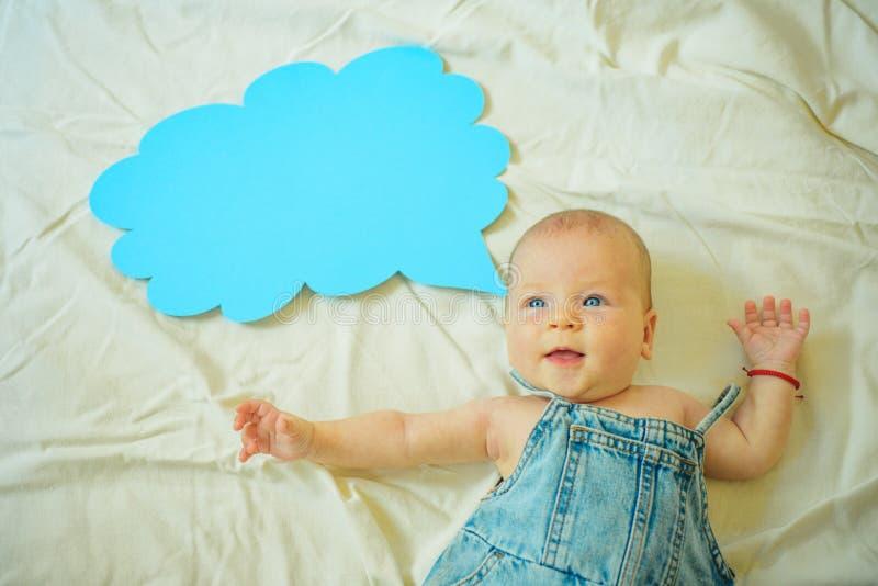 Игра с мной изолированная предпосылка младенца немногой над белизной усмешки серии сладостной Новые жизнь и рождение девушка мала стоковая фотография rf