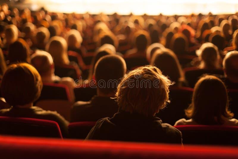 Игра театра аудитории наблюдая стоковые изображения