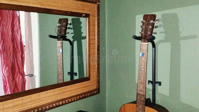 Игра тени зеркала гитары стоковая фотография rf