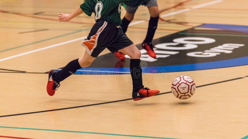 Игра футбола стычкой детей стоковая фотография rf