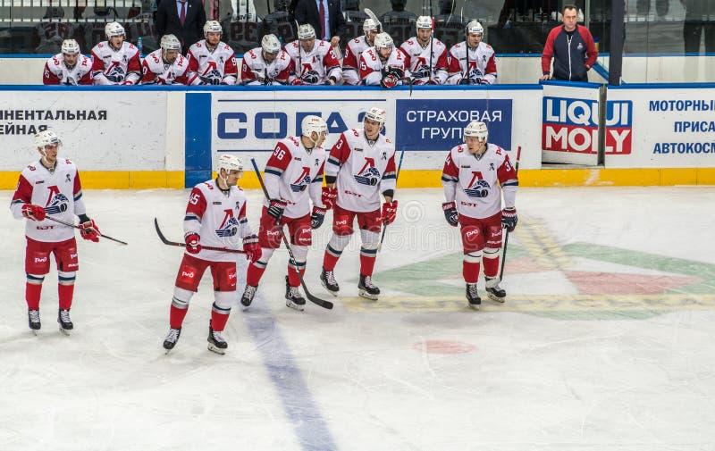 Игра хоккея на льде, игроки готовые для игры стоковые фотографии rf