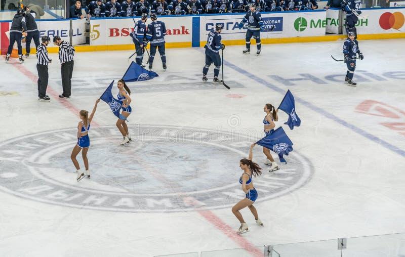 Игра хоккея на льде, игроки, рефери и чирлидеры стоковые изображения rf