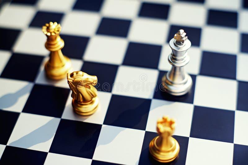 Игра шахматной доски, король недостатка окружая врагом с серьезной ситуацией ситуации, концепцией дела конкурсной, экземпляром стоковые изображения rf