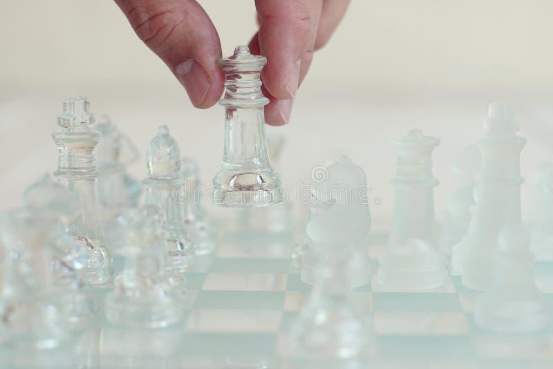 Игра шахматной доски сделанная из стекла, концепция дела конкурсная стоковые фото