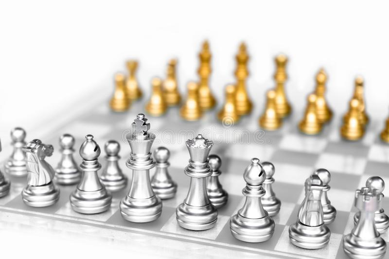 Игра шахматной доски с белой предпосылкой, концепцией дела конкурсной стоковые изображения