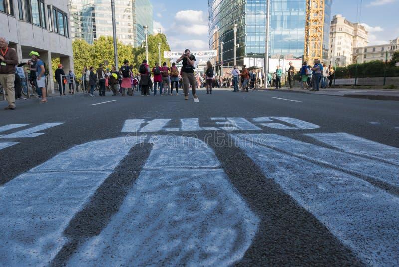 ИГРА TTIP НАД активистом в действии во время общественной демонстрации стоковое изображение rf