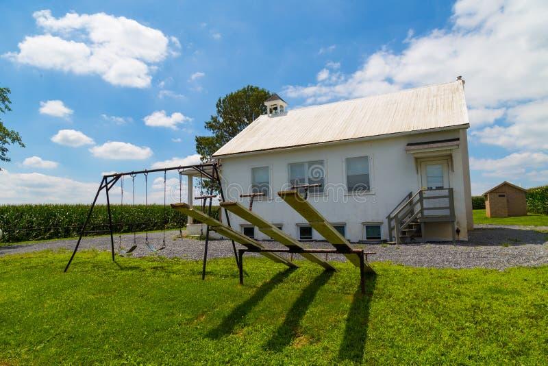 Игровая площадка на одном доме школы Амишей комнаты стоковые фотографии rf