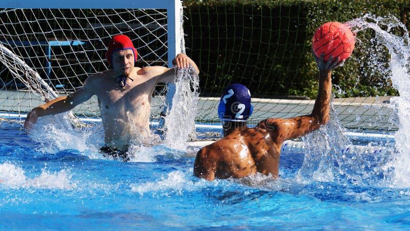 Игроки водного поло во время конкуренции соответствуют, резвятся стоковое фото rf