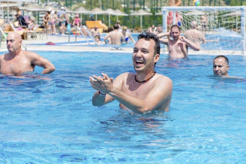 Игроки водного поло в бассейне стоковые изображения rf