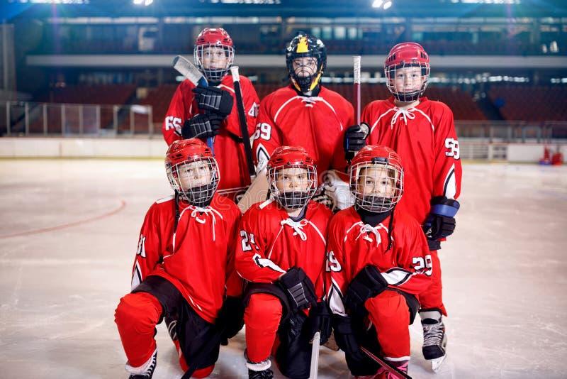 Игроки мальчиков хоккея на льде объединяются в команду портрет стоковое изображение