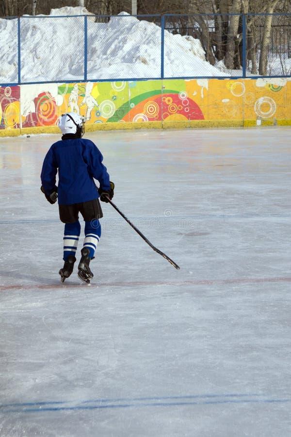 Игроки хоккея на льде на льде стоковая фотография