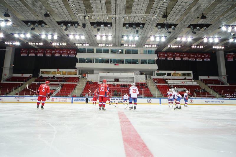 Игроки хоккея на льде готовые для того чтобы сыграть в церемонии закрытия стоковая фотография