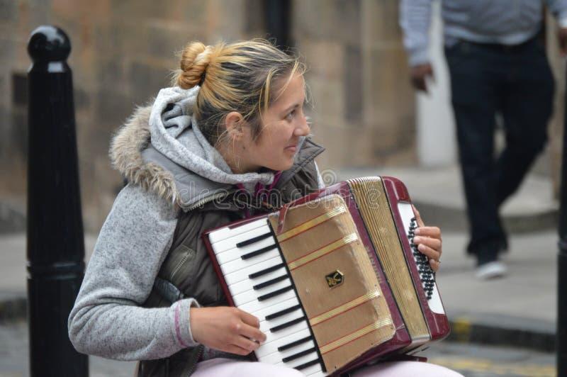 Игрок аккордеона на улице Шотландии стоковое изображение