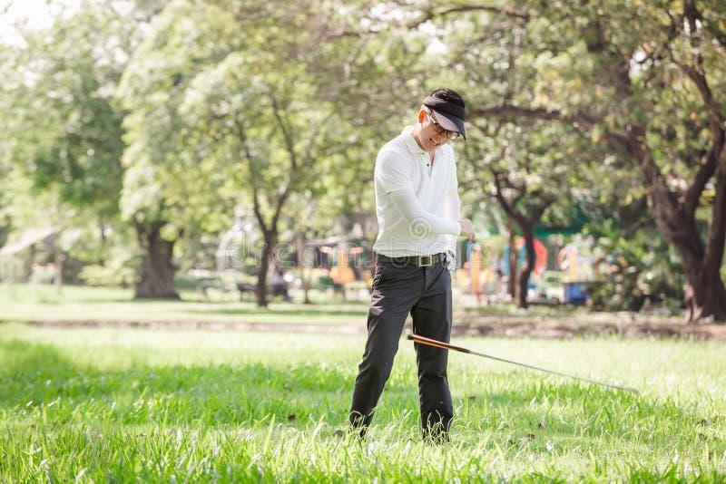 Игрок в гольф азиатских людей сердитый стоковое фото rf