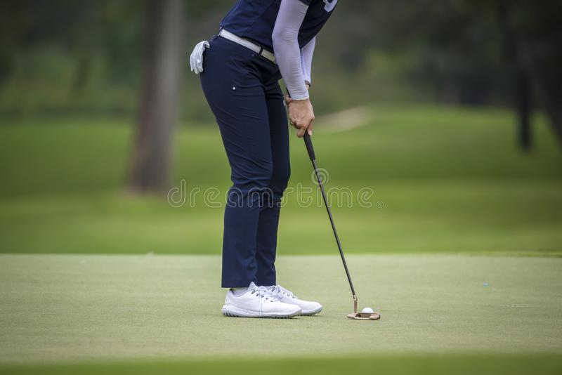 Игрок в гольф нажимает шар для игры в гольф гольф-клубом от коробок тройника на поле для гольфа в игре конкуренции стоковое фото rf