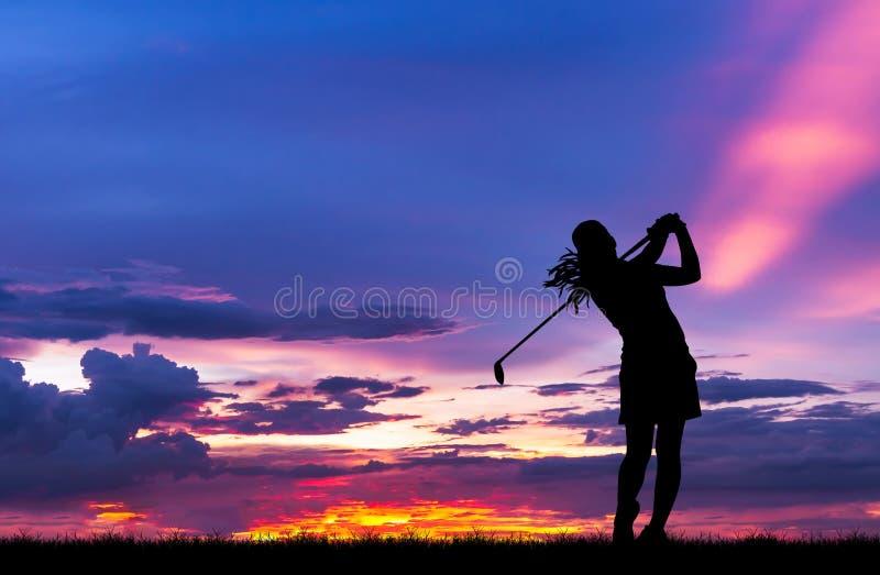 Игрок в гольф силуэта играя гольф на красивом заходе солнца стоковое фото
