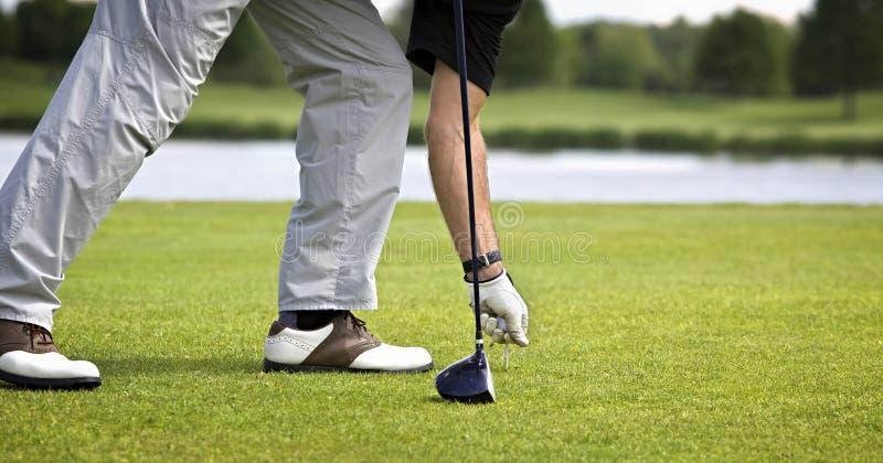 игрок в гольф с подготовлять teeing стоковое изображение rf