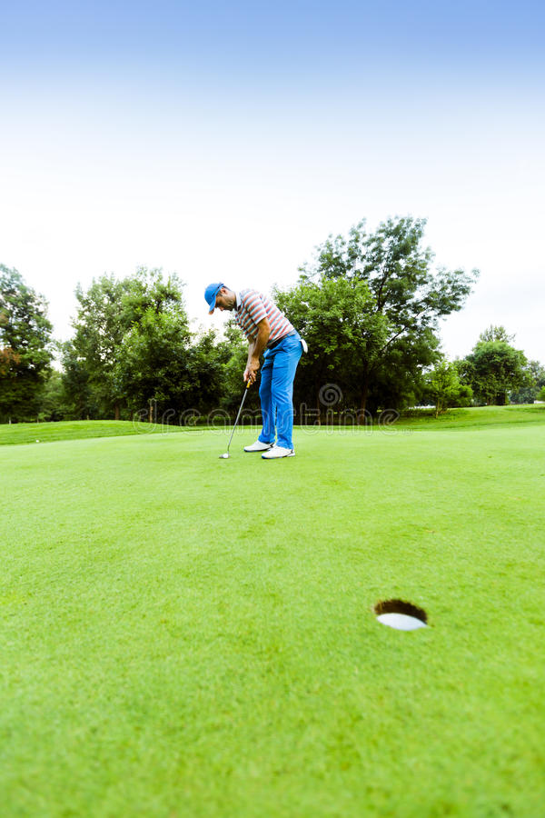 Игрок в гольф готовый для того чтобы принять съемку стоковая фотография