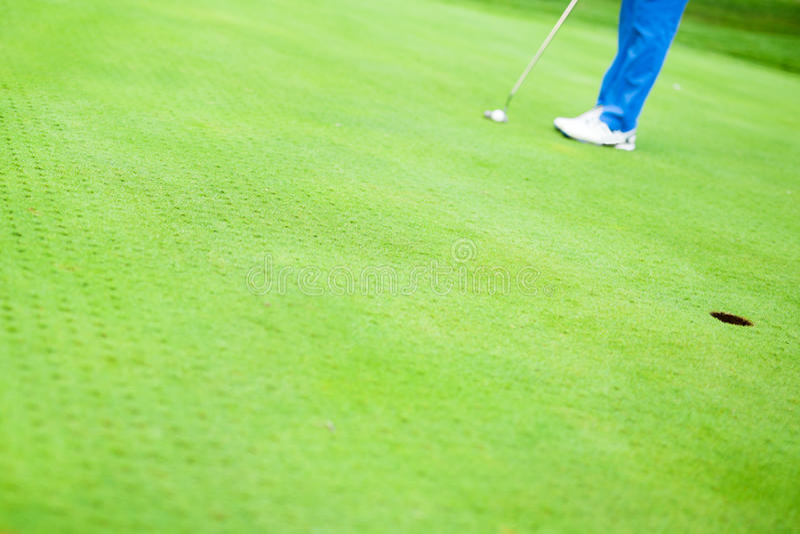 Игрок в гольф готовый для того чтобы принять съемку стоковое фото
