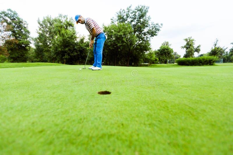 Игрок в гольф готовый для того чтобы принять съемку стоковые изображения
