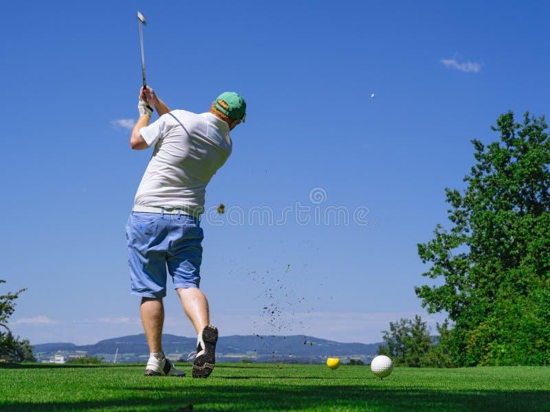 Игрок в гольф играя на поле для гольфа стоковое фото rf